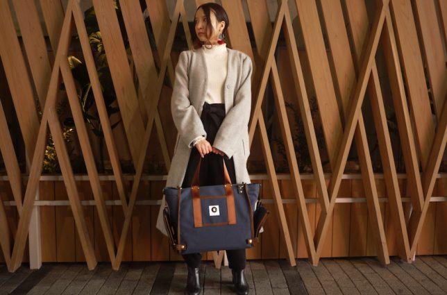 かわいいレコードバッグを持つ女性